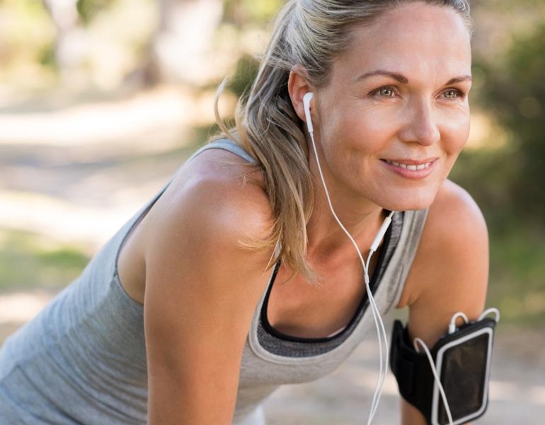 Žena u dobroj kondiciji priprema se za vježbanje, u svrhu prevencije venske insuficijencije