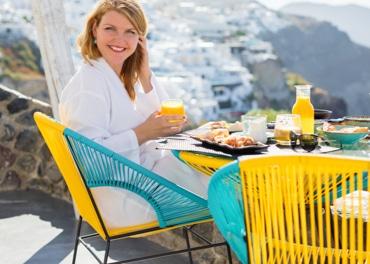 Nasmiješena žena uživa u zdravom doručku, u svrhu prevencije venske insuficijencije