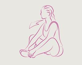 Žena sjedi sa spojenim stopalima i isteže unutarnju stranu bedara
