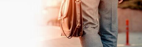 Muškarac nosi ručnu torbu u kojoj je Lioton® 1000 gel .