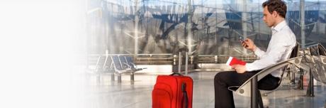 Muškarac na putovanju sjedi na klupi, spreman za prevenciju tromboze